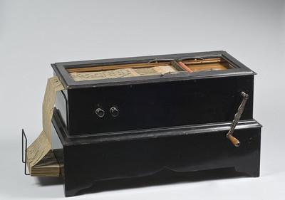 Orgeltje met 18 rieten en kartonnen, geperforeerd orgelboek. Model: Organina