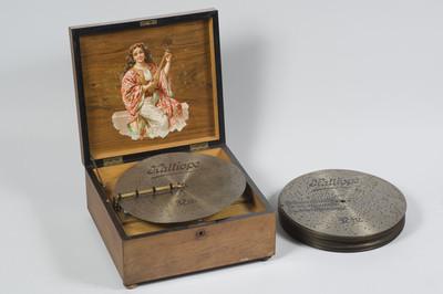 Muziekdoos met schijf van 18 cm. Model: Kallioppe