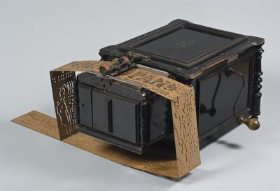 Orgeltje met 24 rieten en kartonnen orgelboek zonder einde. Model: Manopan