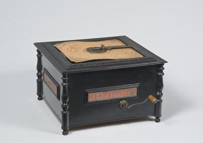 Orgeltje met 24 rieten en geperforeerde, kartonnen, vierkanten schijf