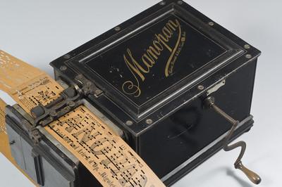 Orgeltje met 24 toetsen en kartonnen orgelboek zonder einde. Model: Manopan