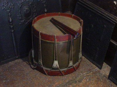Tambour militaire avec baguettes (x 2)