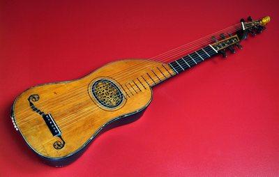 Guitare théorbée