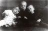 Reprofoto.  Eugen Kapp koos venn Konstantini ja õe Elisabethiga. 1912.  Originaalfoto autor: R. Badenmüller.