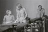Foto (negatiivikogu). Epp Pillarpardi Punjaba potitehas. (Peet Vallak - Mati Unt). Vanemuine 1975. Epp Pillarpart - Hilja Varem, Tiiskäpp - Ago Roo, Niilas - Aarne Üksküla. Foto Gunnar Vaidla.