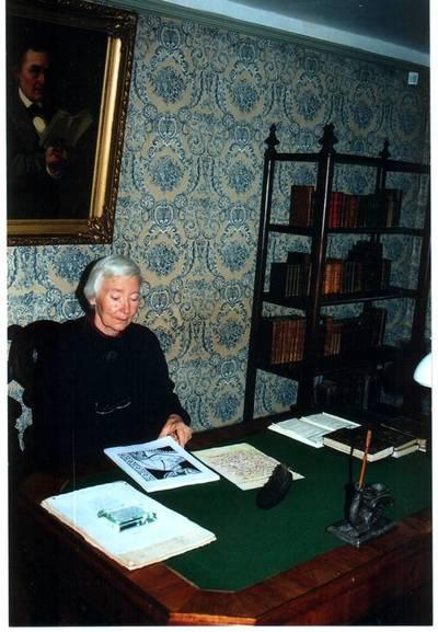 Foto. TRIINU KARTUS Dr. Fr. R. Kreutzwaldi Memoriaalmuuseumis. Võru, 04.09.2001.