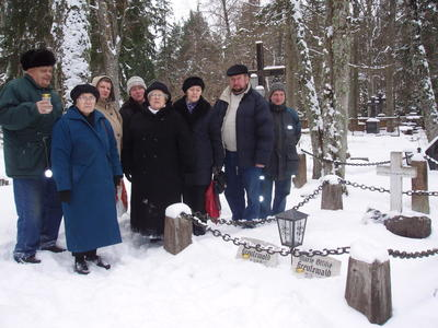 Foto. Muuseumitöötajad Võru surnuaial Fr. R. Kreutzwaldi ema ja tütre haual. Võru, 10.02.2007.