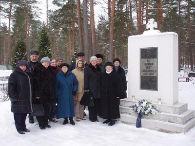 Foto. Muuseumitöötajad Võru surnuaial Vabadussõja mälestussamba juures. Võru, 10.02.2007.