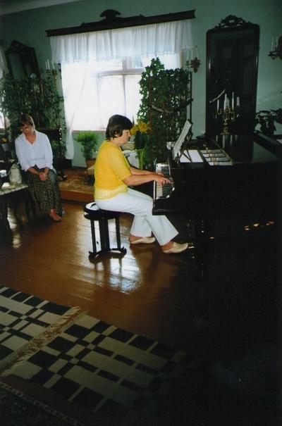 Foto. Undina Matteus esinemas Võrumaa muuseumide juubelite tähistamisel. Võru, 07.07.2006.