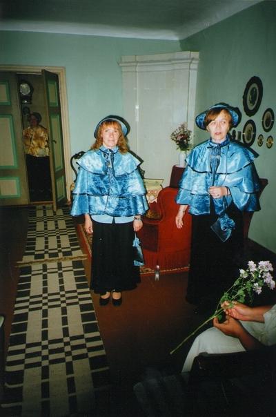 Foto. Aimi Hollo ja Malle Avans stiliseeritud riietuses Võrumaa muuseumide juubelite tähistamisel. Võru, 07.07.2006.