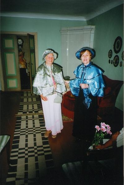 Foto. Aimi Hollo ja Pille Lendsaar stiliseeritud riietuses Võrumaa muuseumide juubelite tähistamisel. Võru, 07.07.2006.