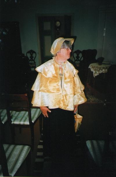 Foto. Virve Ots stiliseeritud riietuses Võrumaa muuseumide juubelite tähistamisel. Võru, 07.07.2006.
