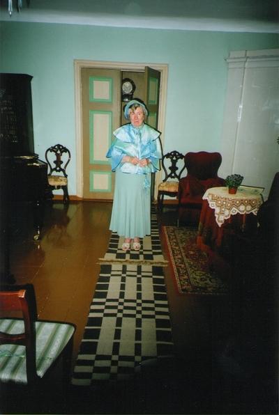 Foto. Helju Kalme stiliseeritud riietuses Võrumaa muuseumide juubelite tähistamisel. Võru, 07.07.2006.