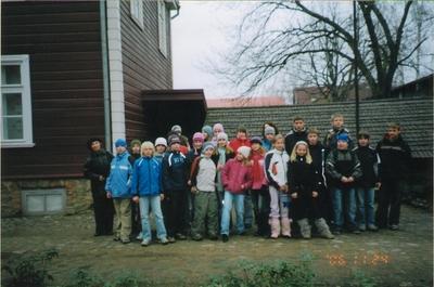 Foto. Õpilased muuseumis ekskursioonil. Võru, 24.11.2006.