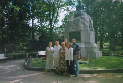 Foto. Dr. Fr. R. Kreutzwaldi mälestussamba juures. Võru, 29.08.2006.