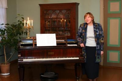 Foto. Kreutzwaldi mälestuspäev. Esineb Siiri Toomik. Võru, 14.12.2007.