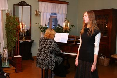 Foto. Kreutzwaldi mälestuspäev. Esineb Agaate Antson. Võru, 14.12.2007.
