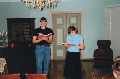 Foto. Õpilased esinemas raamatu VÕROMAA KODOLUGU esitlusel. Võru, 23.11.2004.