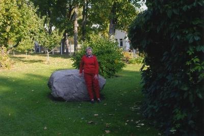 Foto. Anu Mihkelson Dr. Fr. R. Kreutzwaldi Memoriaalmuuseumi aias. Võru, 2005.