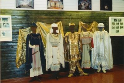 Foto. Näitus Fr. R. KREUTZWALDI LOOMING TEATRILAVAL. Võru, 2006.