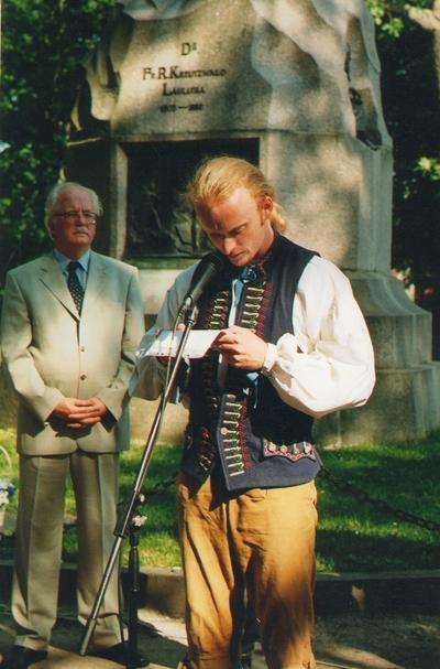 Foto. Ungarlased folkloorifestivalil Fr. R. Kreutzwaldi mälestussamba juures. Võru.