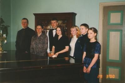 Foto. Juhan Liivi luulekonkursist osavõtjad Dr. Fr. R. Kreutzwaldi Memoriaalmuuseumis. Võru, 29.03.2000.