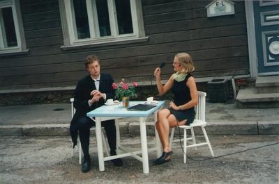 Foto. Etendus AGA MEIE ELAME VÕRUS, Tartu Üliõpilasteater. Võru, 2004.