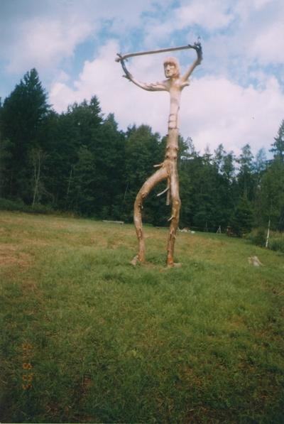 Foto. KALEVIPOJA kuju Avinurmes. 05.08.2005.