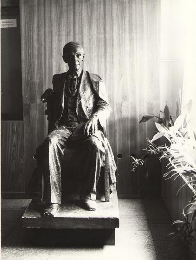 Foto. Fr. R. Kreutzwaldi skulptuur Võru I Keskkooli fuajees. Võru, 1977.