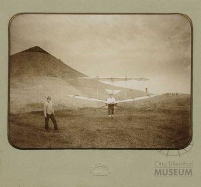 Fotografie: Otto Lilienthal im Flugapparat (F0122)