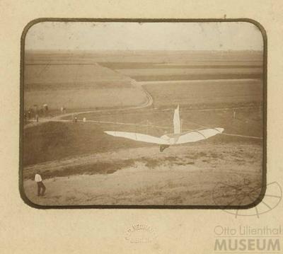 Fotografie: Otto Lilienthal im Flug (F0106)