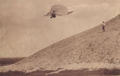 Fotografie: Flug Otto Lilienthals am Fliegeberg (F0091)