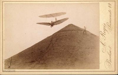 Fotogrrafie: Otto Lilienthal mit kleinem Doppeldecker am fliegeberg