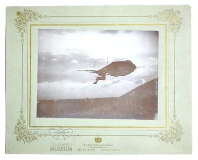 Fotografie: Otto Lilienthal im Flug auf Schmuckkarton