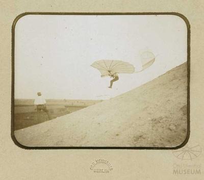 Fotografie von Flug Otto Lilienthals Flug mit Normalapparat