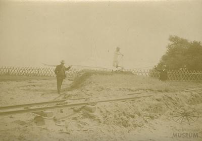 Otto und Gustav Lilienthal mit Flugapparat