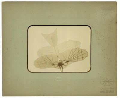Fotografie Flugversuch Otto Lilienthals mit Doppeldecker