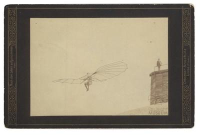 Fotografie Flugversuch Otto Lilienthals auf Schmuckkarton Anschütz