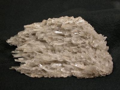 Gips-Kristalle aus einem Rohr