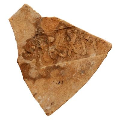 Fragment eines Dachziegels der 10. Legion aus Judaea mit Legende