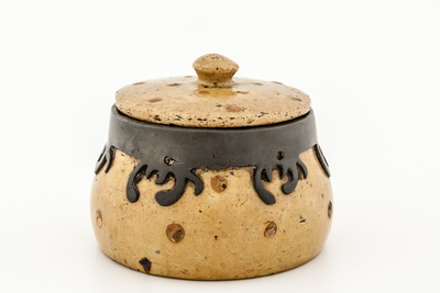 Gedekselde pot met stippendecor