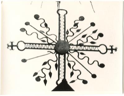 Zarasų bažnyčios vartų viršūnė – metalinis kryžius