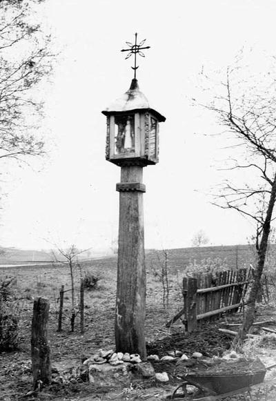 Žvirblių kaimo (Plungės r.) Rachlevičiaus sodybos koplytstulpis