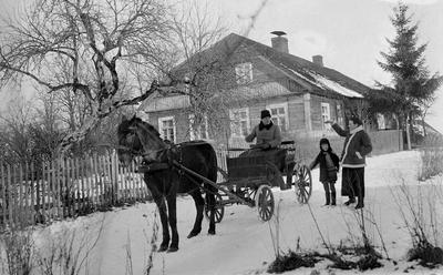 """Nuotrauka """"Konstantinas Kibartas ir jo žmona Zofika Stropaitė-Kibartienė bei  jų dikra Vanda Kibartaitė savo dvare Leliškės vienkiemyje 1938 metais"""""""
