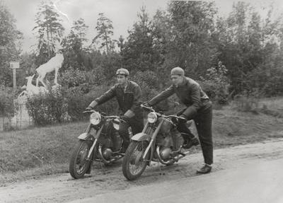 """Nuotrauka """"Vytautas Bikneris su savo draugu prie Skaudvilės briedžių skulptūros 1962 metais"""""""