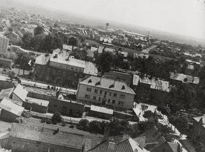 """Nuotrauka """"Tauragė iš paukščio skrydžio 1961 metais. Už Bažnyčių gatvės – 1914 m. statytas trijų aukštų namas tebestovi iki šiol. Dešinėje – Respublikos gatvė"""""""