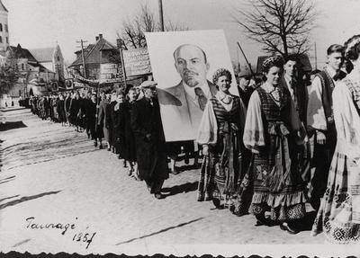 """Nuotrauka """"1957 metų gegužės pirmosios demonstracija"""""""