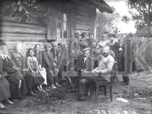 Fotonegatīvs. Pēterdienas svinības Rēzeknes apriņķa Stirnienas pagasta Liel-Ciematnieku sādžā.