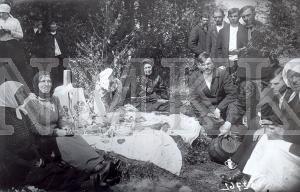 Fotonegatīvs. Vasarsvētku atzīmēšana Rēzeknes apriņķa Makašēnu pagasta Kulnevas ciema kapsētā.