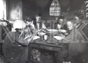 Fotonegatīvs.& Saime pie pusdienu galda Tukuma apriņķa Lestenes pagasta Plinkšu mājās.